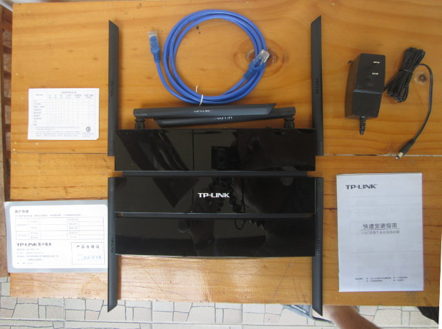 TL-DWR7500 Router and Accessories.
