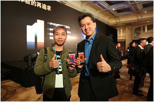 Vernee Apollo and Thor Showcased at Mediatek event. The person on the right is allegedly Yenchi Lee, Mediatek's Product Planning Director